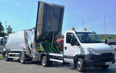 Wyładunek odpadów z mikro śmieciarki KVC do śmieciarki z tylnym załadunkiem NTM K