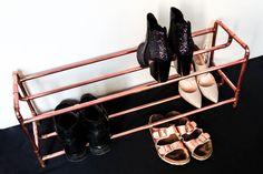 Das aus insgesamt 6 Meter Kupferrohr bestehende Schuhregal, im zeitlos gehaltenen Industrial Design, bietet Platz für bis zu **zehn Paar Schuhe** und verleiht Ihrem Eingangsbereich einen angenehm...