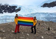 El activista y fundador de Planting Peace, Aaron Jackson, ha viajado por toda la Antártica con una bandera del orgullo gay como acto de reivindicación en favor de los derechos de la comunidad LGTB en todo el mundo.