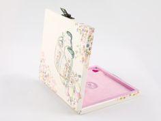 Wnętrze pudełeczka w kolorze jasnego fioletu i delikatnego różu (filc) z dodatkiem filcowego serduszka.