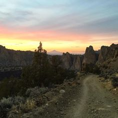 Hiking at Smith Rock State Park at sunset with a Cascade Mountain peak in the background. Terrebonne, Oregon ----------------------- @dumbbellsandtrails