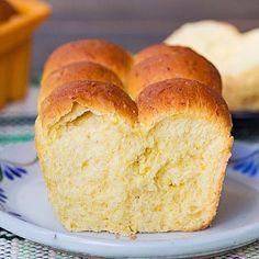"""Sí se puede: esto es un pan hecho con masa de cachapa (maíz fresco triturado) y harina LEUDANTE, sí leudante, porque en economías de guerra todo se vale, yo le puse algo de semolina, pero si no consiguen utilicen lo que tengan a mano(harina leudante, todo uso, etc). Esta es una variación de la fórmula aparecida en el libro de Juan Carlos Bruzual @pana_dero """"Panes Venezolanos"""" un pan que al tostarlo sabe a pura cachapa ¡divino con mantequilla y queso! Receta en el blog siguiendo el link en mi…"""