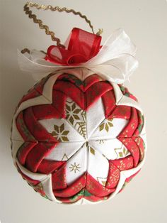 Quilt ornament tutorial ~ This tutorial is in Polish, but the pictures are clear! Some creative folding, pins, scraps and a styrofoam ball is all this beautiful ornament takes! Christmas Projects, Holiday Crafts, Christmas Holidays, Christmas Decorations, Quilted Christmas Ornaments, Christmas Sewing, Folded Fabric Ornaments, Ornament Tutorial, Fabric Crafts