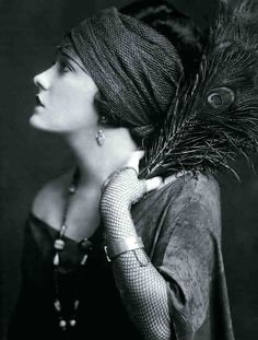 Photography by Edward Steichen. Actress Gloria Swanson 1924. @designerwallace
