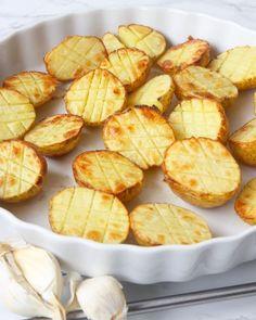 Rostade potatishalvor i ugn – Lindas Bakskola Vegetarian Recipes, Snack Recipes, Cooking Recipes, Snacks, Baked Bakery, Fruit Bread, Swedish Recipes, Greens Recipe, Food Pictures