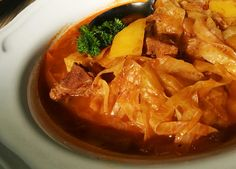 Na sádle dobře osmažíme krájenou cibuli a na ní pak osmahneme osolené větší kostky masa.Přisypeme mletou papriku, promícháme a přidáme i rajský... Thai Red Curry, Ethnic Recipes, Food, Red Peppers, Essen, Meals, Yemek, Eten