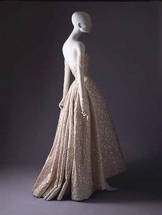 Christian Dior ball gown fall/winter 1953–1954 House of Dior French from silk, sequins, stones and simulated pearls.  http://vestidodenoviayfiesta.com