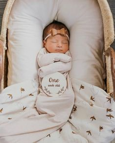 Image of Birth to One Year Milestone Cards naissance part naissance bebe faire part felicitation baby boy clothes girl tips Milestone Pictures, Baby Pictures, Baby Milestone Cards, Monthly Baby Photos, Monthly Pictures, Foto Baby, Baby Kind, Baby Milestones, Baby Hacks