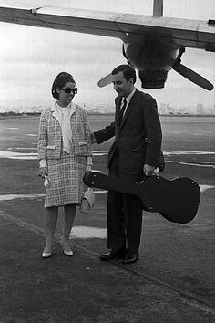 Joao Gilberto e Astrud desembarcam em SPaulo vindo dos EUA, em 1965
