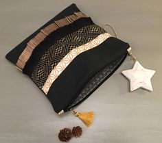 See related links to what you are looking for. Diy Clutch, Diy Tote Bag, Clutch Bag, Porta Lingerie, Potli Bags, Diy Bags Purses, Handmade Wire Jewelry, Jute Bags, Travel Cosmetic Bags