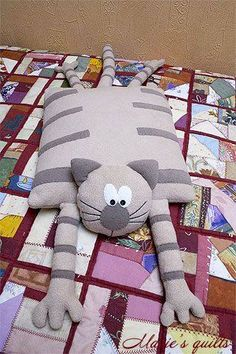 Cats Toys Ideas - Chats - Ideal toys for small cats Sewing Pillows, Diy Pillows, Cushions, Fabric Toys, Fabric Crafts, Sewing Toys, Sewing Crafts, Baby Sewing, Free Sewing