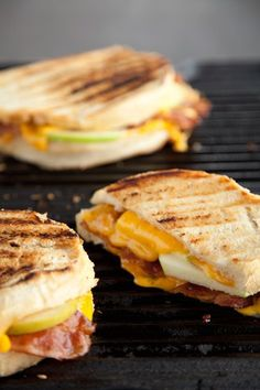 One of my favorite sandwiches! Grilled apple, bacon, & cheddar sandwich with roasted red onion & mayo. Soup And Sandwich, Sandwich Recipes, Apple Sandwich, Mayo Sandwich, Grilled Sandwich, I Love Food, Good Food, Yummy Food, Tacos