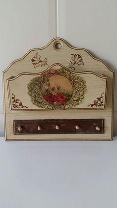 Porta cartas e chaves pintado a mão, com uso de carimbos e decoupagem com guardanapo. Wooden Key Holder, Unique Gifts, Handmade Gifts, Decoupage Box, Wood Tools, Diy Storage, Painting On Wood, House Warming, Stencils