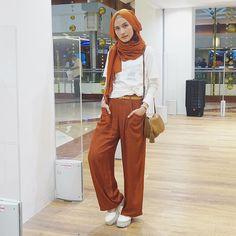Padu padankan kulotmu dengan warna hijab yang sama seperti yang diterapkan oleh selebgram @dwihandaanda ini. Simple but chic, fashion people! #hijab #kulot #chic #fashion