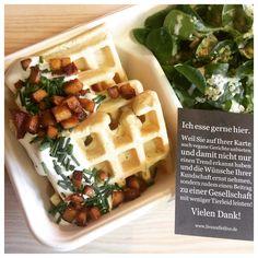 #Mittagstisch und #Powerfood im #Vegativ: Herzhafte #Gemüse-#Waffeln mit #sourcream #Speck und frischem #Schnittlauch, dazu grüner #Salat 💚🍲💚 #whatveganseat #ichessegernehier #liveandletlive #lebenundlebenlassen