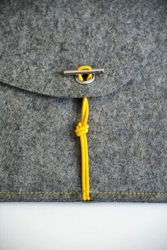 Closing mechanism: an elegant, little handmade steel locking bolt, combined with a colored elastic cord, close sCosy safely. Sewing Hacks, Sewing Crafts, Sewing Projects, Techniques Couture, Sewing Techniques, Diy Sac Pochette, Diy Accessoires, Craft Bags, Leather Working