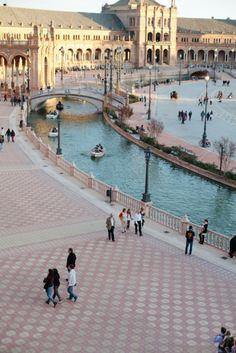 Plaza de España es un enorme plaza en Sevilla. Que es típica en España a tiene plazas todos partes, porque esta a lugar a pasar rato con los amigos o vender cosas en un mercado.  photography by http://saragray.net/