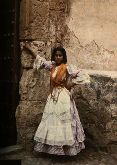 Gitana en Toledo hacia 1910. Autocromo de Jules Gervais Courtellemont. Image by © National Geographic Society/Corbis -- ca. August 1924, Toledo, Spain: A young gypsy girl poses for an informal portrait in Toledo.