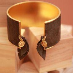 Superbe bracelet plaqué or et cuir taupe.