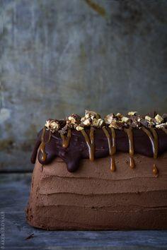 Snickers Semifreddo Cake from Bakers Royale Köstliche Desserts, Frozen Desserts, Frozen Treats, Delicious Desserts, Chocolates, Sweet Recipes, Cake Recipes, Dessert Recipes, Gula