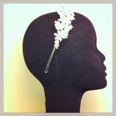 Diadema con aplicación de perlas y cristales.