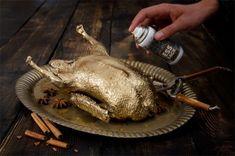 http://the-deli-garage.de/ ESSLACK Gold und Silber. Es ist die erste Lebensmittelfarbe aus der Sprühdose. Zertifiziert verzehrbar und geschmacksneutral. Liebevolle Illustrationen zieren die Silberdose und inspirierende Texte die Golddose. Mit Esslack lässt sich alles veredeln – wie es gerade schmeckt. Einfach aufsprühen und Bretzeln verchromen, Tomaten vergolden, oder ein komplettes Steak – ESSLACK bringt alles zum Glänzen, was ihm in der Küche unter die Düse kommt.