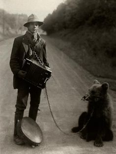 August Sander - Showman with Performing Bear in the Westerwald, 1929. S)