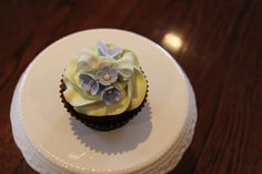 bow and flower cupcakes