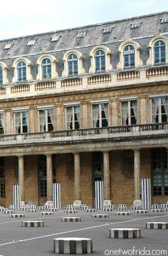 1985-1986 : La démocratie en action : Jack Lang avait fait commencer les travaux sans consulter la Commission des Monuments Historiques. Et n'avait pas fait de déclaration de travaux à la mairie ---- Colonnes de Buren, Palais Royal - Paris