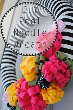 DIY Pool Noodle Wreath instead of expensive Styrofoam pieces Pool Noodle Christmas Wreath, Pool Noodle Wreath, Pool Noodle Crafts, Wreath Crafts, Diy Wreath, Fun Crafts, Wreath Ideas, Wreath Making, Diy Pool
