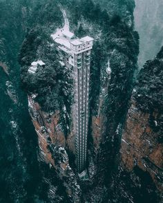 In this amazing park called Zhangjiajie became the first National Forest Park in China. There you can find amazing nature and also the Bailong Elevator: World's tallest outdoor glass elevator. Zhangjiajie, Places To Travel, Places To See, Scary Places, Glass Elevator, Guinness World, Guinness Book, Destination Voyage, Forest Park