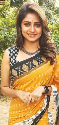 In a yellow color saree with black color border, fancy sleeveless blouse design and necklace – T-Shirts & Sweaters Black Blouse Designs, Simple Blouse Designs, Stylish Blouse Design, Kalamkari Blouse Designs, Saree Blouse Neck Designs, Blouse Patterns, Sari Bluse, Bollywood, Collor