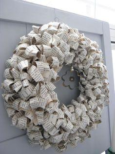 Metallikoristeet sopivat myös kransseihin. Paperista tehty kranssi on selvinnyt hyvin parveekkeella talvellakin!