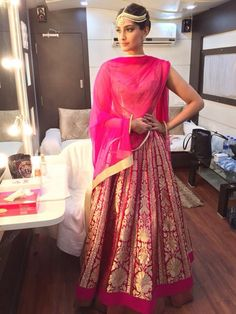 Sonam Kapoor looks stunning at the Life OK Screen Awards 2015 wearing a pink lehenga by Rohit Bal paired with matha patti and earrings from Amrapali and kadas from Amar Ghanasingh. | PINKVILLA