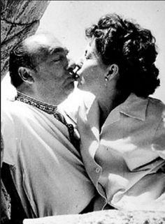 Pablo Neruda besa a Matilde Urrutia