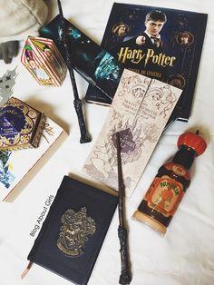Flatlay harry potter. Você ama Harry Potter? Vem se apaixonar pelos itens incríveis de colecionador! Pinterest: @giovana Harry Potter Diy, Harry Potter Kawaii, Estilo Harry Potter, Harry Potter Bedroom, Mundo Harry Potter, Harry Potter Drawings, Harry Potter Tattoos, Harry Potter Universal, Harry Potter Hogwarts