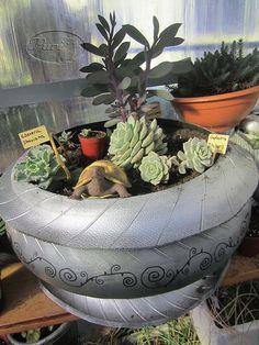 maceta con neumatico de moto plata con borde superior Tire Planters, Planter Pots, Tire Furniture, Reuse Old Tires, Tire Chairs, Recycled Garden, Planting Succulents, Succulent Plants, Amazing Flowers