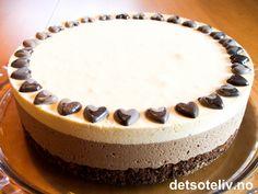 """""""Dobbel sjokoladeiskake"""" er en lekker iskake med to lag sjokoladeiskrem; ett hvitt og et mørkt lag. Kakebunnen består av en nydelig og myk hasselnøttbunn som er tilsatt kakao. En krans av mørke sjokoladehjerter på toppen - og du får en smakfull og utrolig vakker festiskake! Pudding Desserts, Sweet Recipes, Tiramisu, Nom Nom, Cheesecake, Food And Drink, Birthday Cake, Ice Cream, Sweets"""