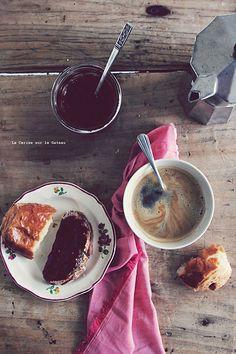 breakfast025vintage pains au chocolat, tresses au sucre, pain & confiture maison