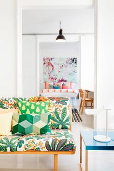 Diseño nórdico y un sofá estampado · Nordic design and a patterned sofa