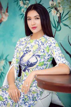 Sự kiện còn có sự góp mặt của các gương mặt quen thuộc của làng giải trí như Á hậu Hoàn vũ 2015 Lệ Hằng. Khác với vẻ sắc sảo quen thuộc, Lệ Hằng chọn bộ cánh duyên dáng, được cách điệu phần tay áo cánh tiên. Mái tóc xõa suông dài của Á hậu vô cùng nữ tính và đậm chất Việt Nam.