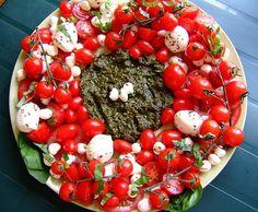 Festive Caprese Salad Wreath Potluck Recipes, Grilling Recipes, Summer Recipes, Appetizer Recipes, Salad Recipes, Cooking Recipes, Potluck Ideas, Picnic Ideas, Healthy Recipes
