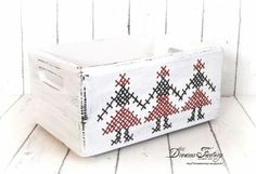 Dreams Factory: Romanian Traditional Motifs - Sewn on wood ♦ Motive traditionale romanesti cusute pe lemn All Craft, Toy Chest, Storage Chest, Print Design, Knitting Patterns, Decorative Boxes, Cross Stitch, Arts And Crafts, Traditional