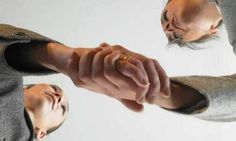Kiedy nie podajemy ręki? ie należy witać się w sytuacjach, gdy mamy mokre lub brudne dłonie, gdy jesteśmy obładowani sprawunkami lub gdy to nasz rozmówca ma zajętą prawą rękę. Więcej na: http://www.krawatimuszka.pl/etykieta-towarzyska/kiedy-nie-podajemy-reki/