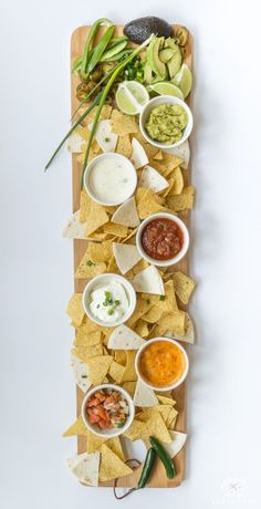 Southwest Mexican chips and dip appetizer board along with 3 appetizer ideas to . Southwest Mexican chips and dip appetizer board along with 3 appetizer ideas to be served on cheese boards Mexican Dinner Party, Mexican Brunch, Mexican Snacks, Mexican Food Recipes, Mexican Buffet, Mexican Night, Mexican Desserts, Vegetarian Mexican Appetizers, Mexican Party Recipes
