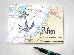 """Die Anker liegtauf einer echten Seekarte oder einem original Seekartenandruck. Der Schriftzug """"AHOI"""" ist mit originalen Jugendstil-Stempeln gedruckt. Der Möwe-Stempel ist selbst entworfen und handgeschnitten. Die Seekarte ist auf dickes Papier (300 gr/qm) kaschiert und wird mit einem weißen Briefumschlag versandt. Die Fertigung erfolgt nach der Bestellung – somit kommt es zu Musterabweichung gegenüber dem […]"""