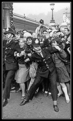 Beatlemania - Buckingham Palace 1965 The bobby's face on the right is priceless. He still hates the Beatles Old Pictures, Old Photos, The Beatles, Fotojournalismus, Foto Poster, Buckingham Palace, Photojournalism, Vintage Photographs, Historical Photos