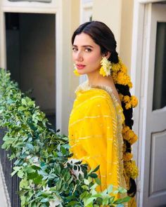 Mahira Khan is one of the most Popular Pakistani film and TV actress. City book presents Mahira Khan top dramas list. We connect top 5 Mahira Khan dramas. Pakistani Wedding Outfits, Bridal Outfits, Pakistani Dresses, Indian Dresses, Indian Outfits, Pakistani Mehndi Dress, Pakistani Actress Mahira Khan, Bollywood Actress, Mahira Khan Dresses