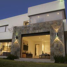 Fachadas minimalistas fachada minimalista con cochera - Casas con chimeneas modernas ...