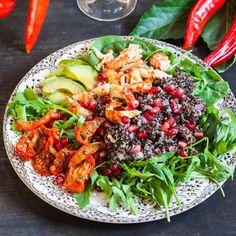 Healthy salade au quinoa noir, avocat, crevettes et tomates séchées